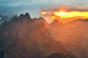 berg solnedgång landskap. foto