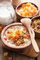 frisk granola med torr frukt till frukost foto