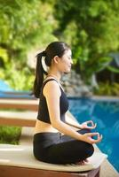 asiatisk tjej som utövar yoga foto