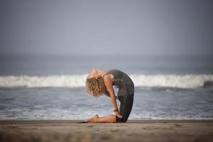 yoga på stranden. foto
