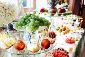 buffé med färsk frukt foto