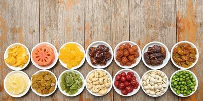 grupp av torkad fruktsamling i en keramisk skål foto