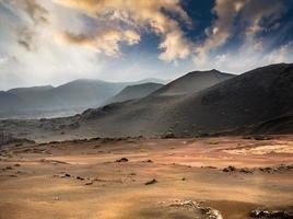 vackert bergslandskap med vulkaner foto