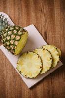färska ananasskivor foto