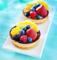 syrliga aux fruktdesserter på en tallrik foto