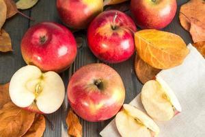 vinterröda äpplen på ett träbord foto