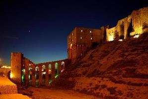citadell i skymningen, aleppo, syrien foto