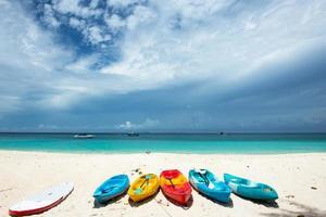 kajakpaddling på den vackra stranden foto