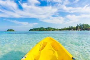 gul kajakpaddling i havet på den lipe ön foto