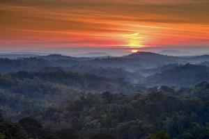 berg och dimma landskap foto