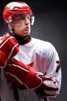 en manlig hockeyspelare i rött och vitt