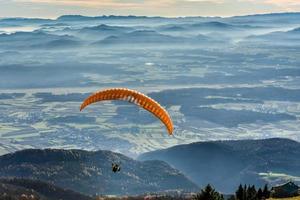 paraglider flyger i dalen foto