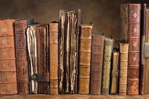 antika böcker i rad foto