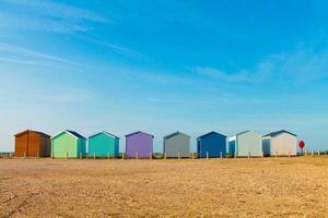rad med färgglada strandstugor foto