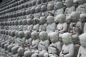 små buddhas i rad foto
