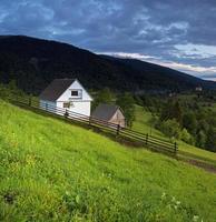kvällslandskap i bergen. Ukraina. foto
