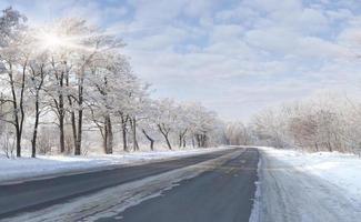 vackert vinterlandskap med en motorväg foto