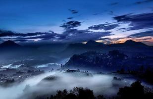 natur soluppgång landskap, dimma och dimma foto