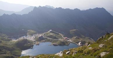 högt bergslandskap med glaciärsjön foto