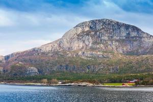 traditionellt norskt landskap, nordsjökusten foto