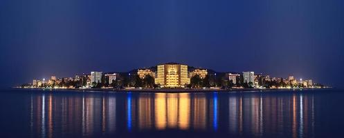 nattlandskap panorama hav hotell ljus foto