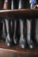 skor i rad på skomakerverkstad foto