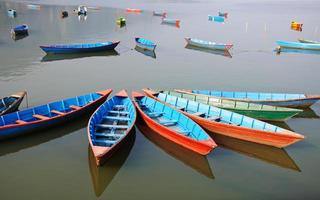 njutningsbåtar vid lakeen i Pokhara, Nepal foto
