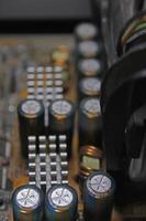 närbild av kondensatorer på ett kretskort, datorns moderkort foto