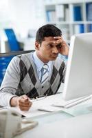 trött indisk programmerare foto