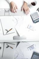aktiemäklare som arbetar vid skrivbordet, tangentbordet foto