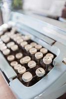 gamla manuella skrivmaskinnycklar på thailändska. foto