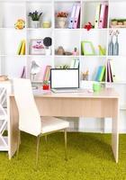 arbetsplats med laptop, närbild foto