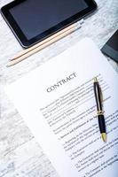 skriva på ett kontrakt foto