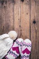 träbakgrund klassiska handskar med mössa foto