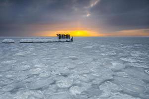 vackert vinterlandskap och hav foto