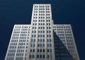hög skyskrapa med blå himmel foto
