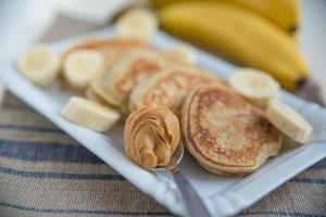 bananpannkakor med jordnötssmör foto