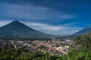 dalen av antigua guatemala och två vulkaner foto