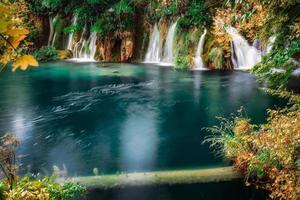 vattenfall i blå sjö foto