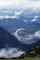 paragliding över sjön foto