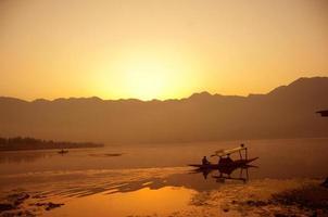soluppgång på sjön foto