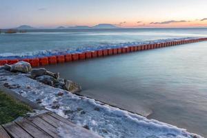 soluppgång vid sjön balaton på vintern, hungary