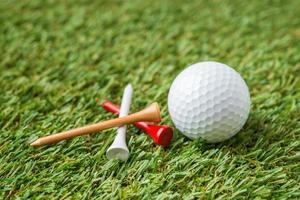 golfboll och tee foto