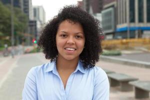 porträtt av en latinamerikansk kvinna i staden foto