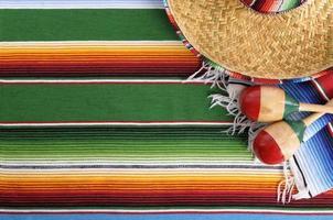 mexikansk serape filt med sombrero foto