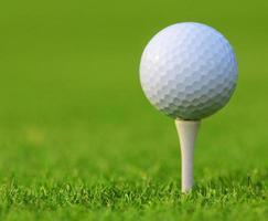 golfboll på grönt gräs foto