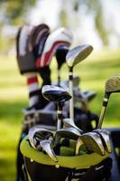 en närbild av en påse med golfklubbar utomhus foto