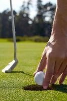 hål golf man foto