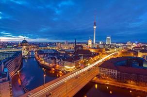 mitt i berlin på natten foto