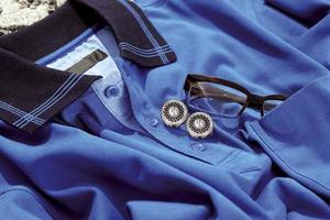 blå skjorta